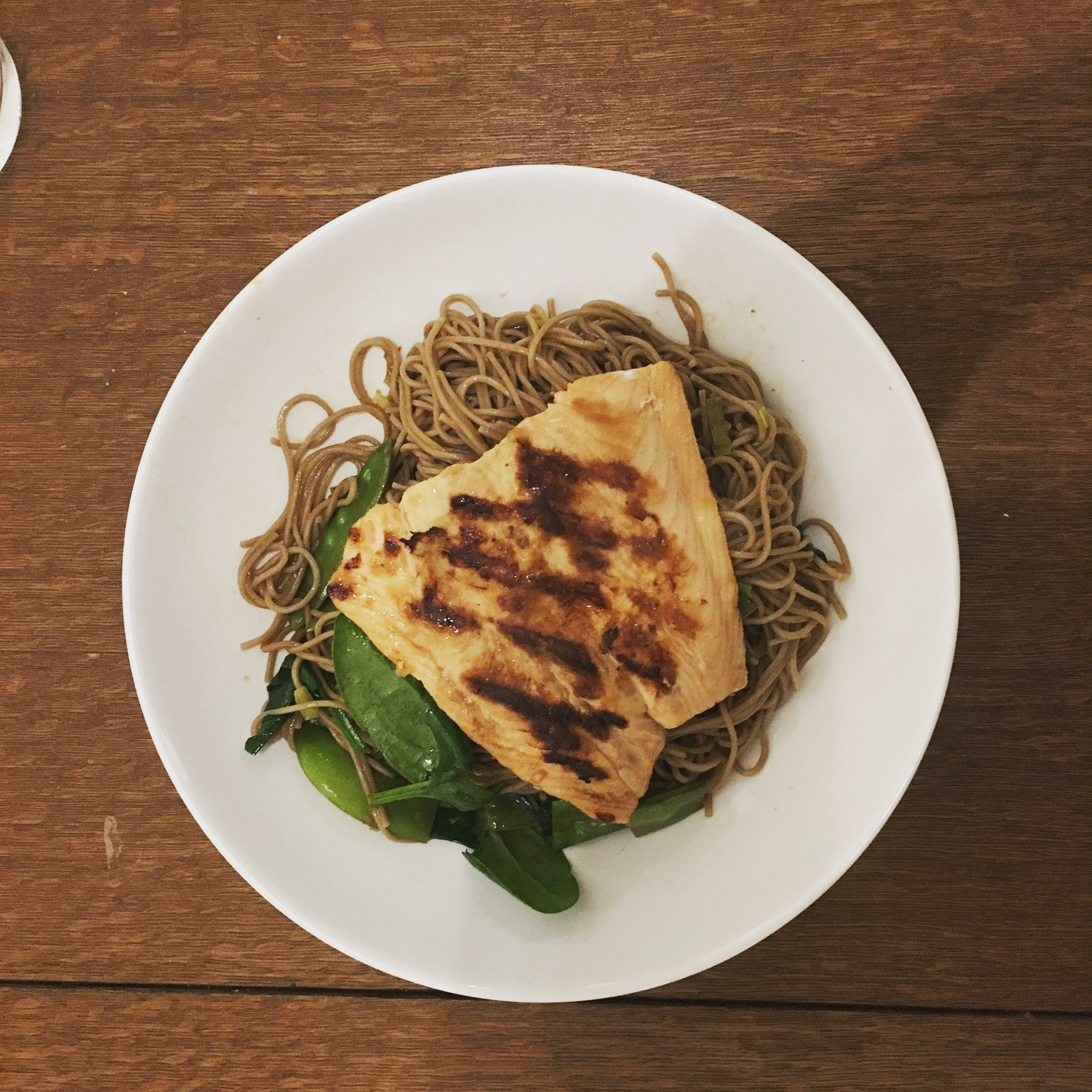 Asia Zalm met noedels, spinazie en sluimererwten