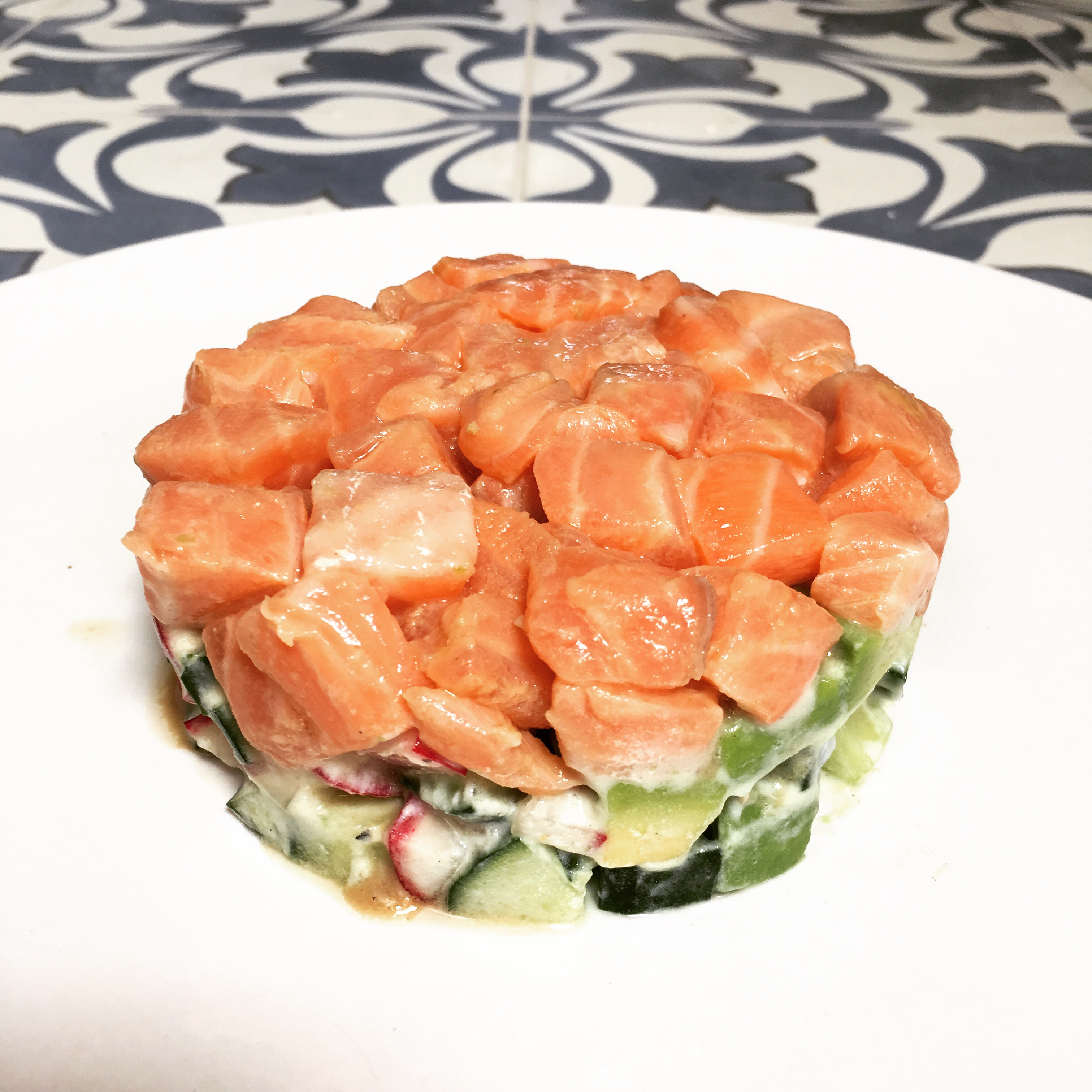 Zalmtartaar met wasabi en komkommer