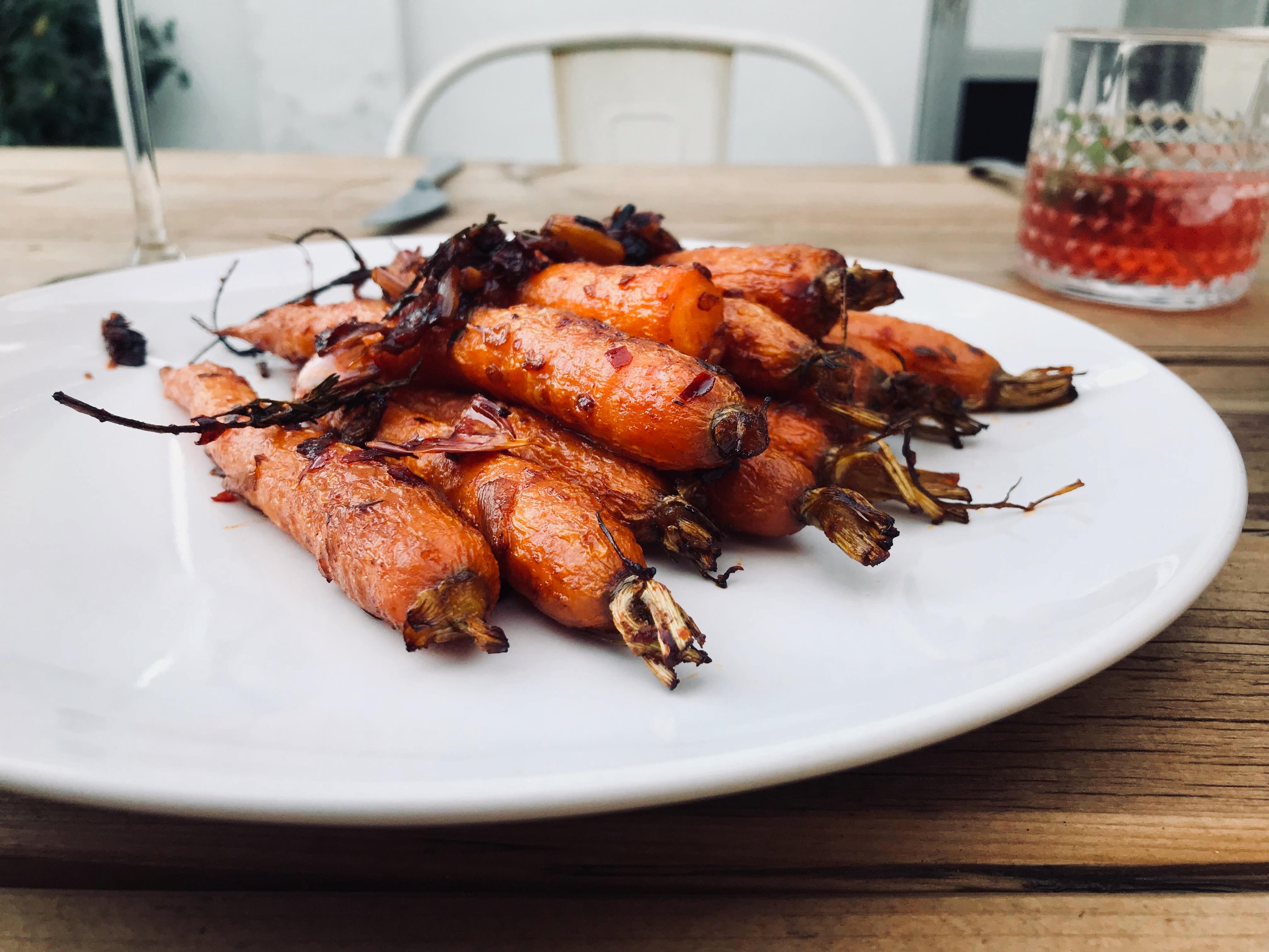 Spicy geroosterde wortelen met muntyoghurt