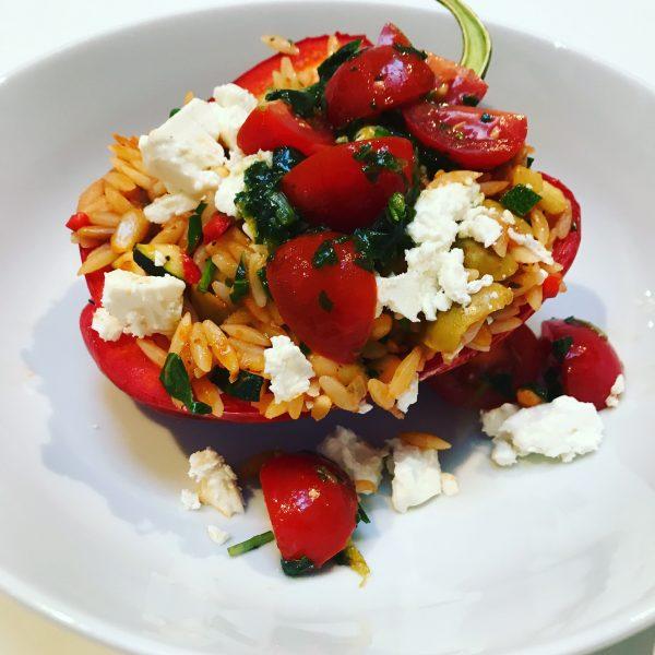 Paprika's gevuld met orzo en een frisse tomatensalade, greek style