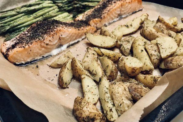 Traybake: Zalm, groene asperges, rozemarijnpatatjes